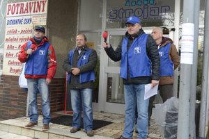 Na snímke v popredí sprava člen predsedníctva OZ KOVO Jozef Balica a predseda základnej odborovej organizácie Mega Trucking Slovakia Štefan Gurgul.