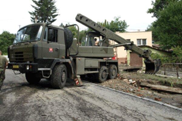 Vojaci pokračujú v odstraňovaní škôd po povodniach.