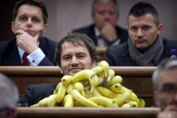 Igor Matovič v parlamente rozdával banány.