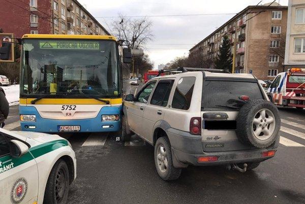 """Po náraze sa na autobuse objavil nápis """"Porucha vozidla""""."""