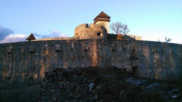 Pohľad na hrad z Čerešňového sadu.