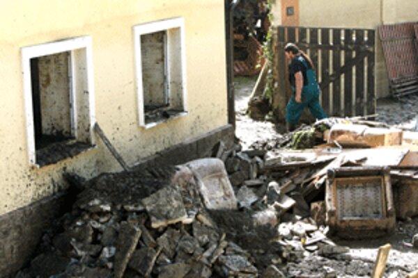 Po vyčistení domov mohla v Handlovej začať ich dezinfekcia.