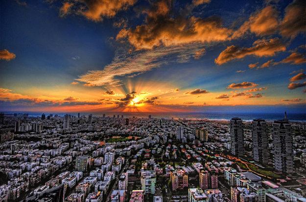 Tel Aviv je krásne pobrežné mesto známe najlepšími plážami na pobreží Stredozemného mora.