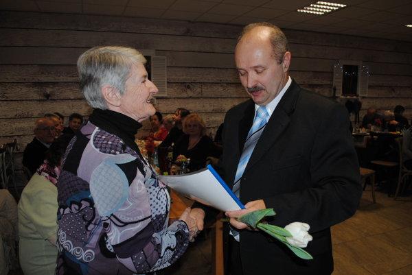 Zakladajúca členka Eva Macková. Zrúk predsedu Štefana Dlužanina prevzala ďakovný list.
