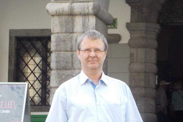 Lekár Jozef Klucho dvadsaťpäť rokov slúžil na centrálnom príjme v nemocnici a neskôr si založil súkromnú gastroenterologickú prax v Nových Zámkoch.
