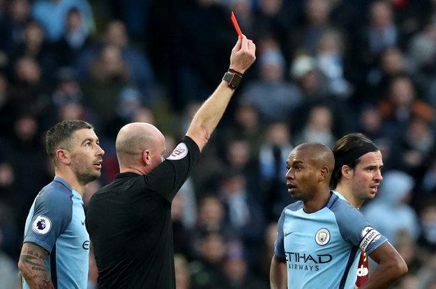 Hráč Manchesteru City Fernandinho nedohral zápas po červenej karte.