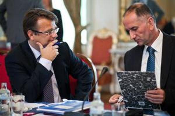 Dvaja najslabší ministri podľa hodnotenia analytikov: Ivan Uhliarik (vľavo) a Eugen Jurzyca.