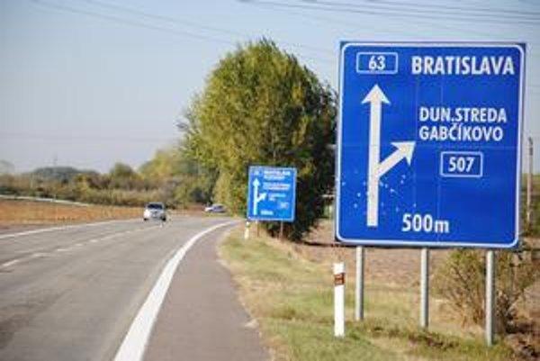 Oficiálny nápis posielal do Bratislavy, načierno osadený do Pozsony.