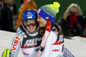Veronika Velez-Zuzulová (vľavo) a Petra Vlhová po úspešnom slalome v Záhrebe.