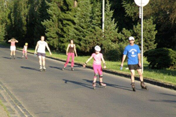 Na uzavretej ulici sa korčuliari cítia bezpečne.