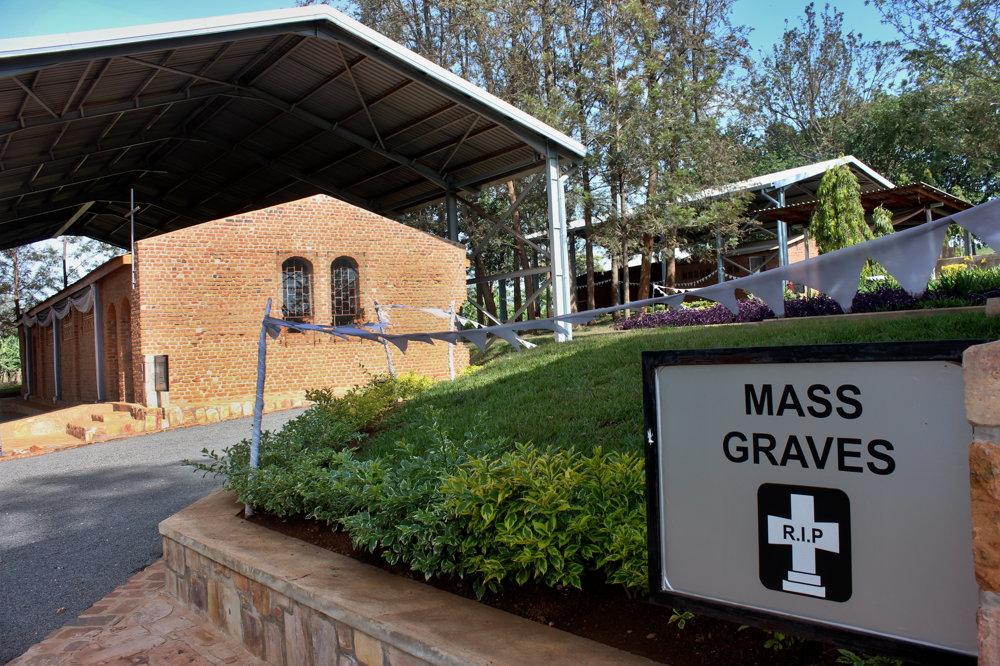 Genocídu po celej krajine pripomínajú pamätníky aj masové hroby. V areáli kostolu Nyamata bolo zabitých vyše 45-tisíc ľudí. Mnoho kostí obetí leží v kostole dodnes.