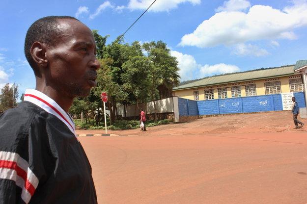 """""""V tejto krajine by sa nikdy nič nezmenilo, ak by sme sa všetci pomstili,"""" hovorí Abdul Bigirimana, ktorého rodina zahynula na fare v Kigali. Vrahom odpustil."""