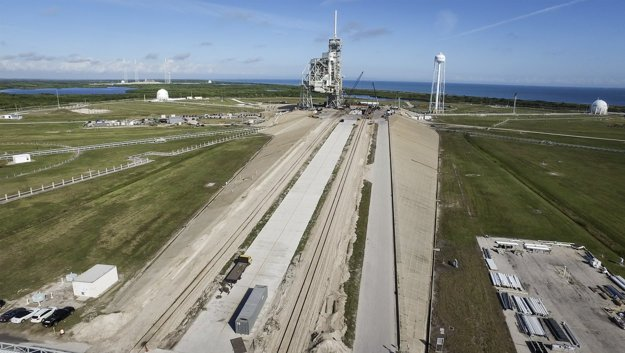 SpaceX upravuje pre lety s posádkou rampu v štartovaciom komplexy 39 v Kennedy Space Center.