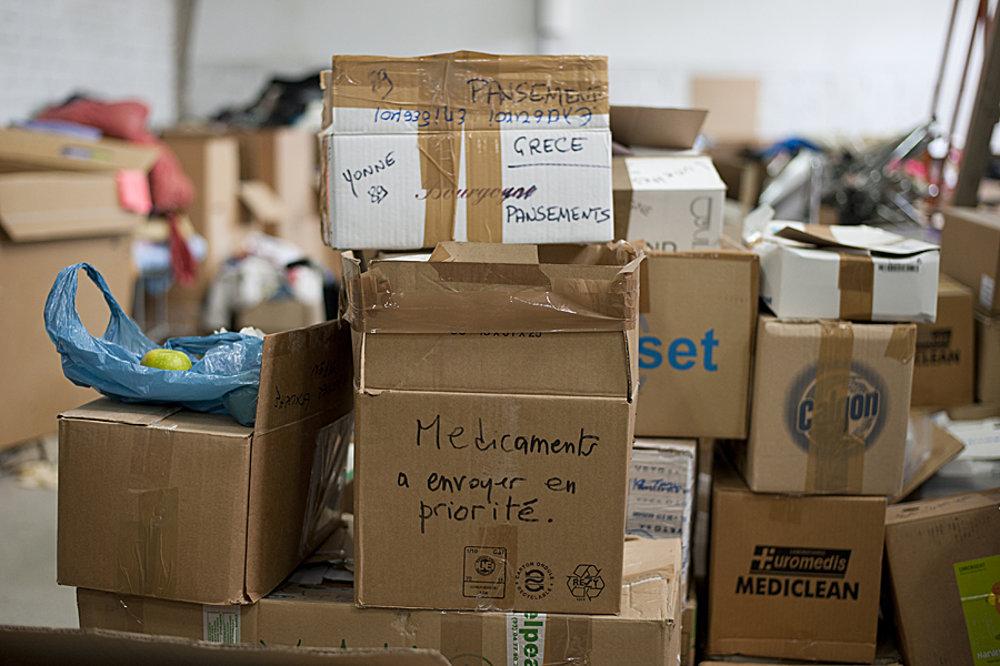Pre pomoc si ľudia v núdzi môžu prísť aj do továrne v priemyslnej zóne Solúnu. Lieky či šatstvo poslali solidárni darcovia z rôznych krajín.