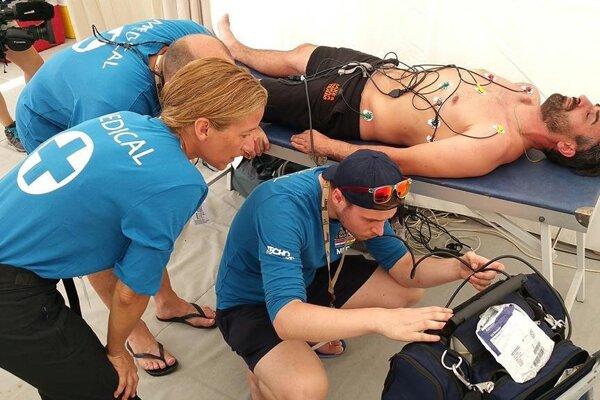 Ivan Jakeš v opatere lekárskeho tímu po dojazde 3. etapy Rely Dakar.