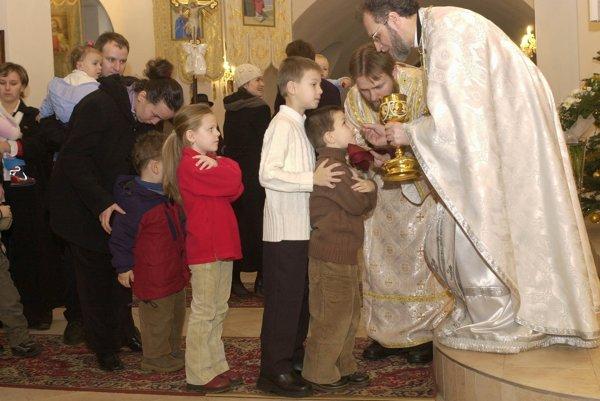 Pravoslávni veriaci počas vianočnej archijerejskej liturgie v roku 2017 v prešovskom pravoslávnom Chráme sv. Alexandra Nevského.