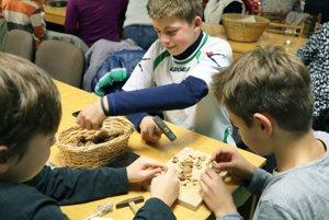 Chlapci perie nepárali, ale učili sa rozbíjať orechy.