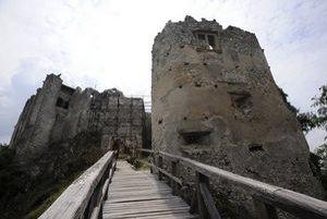 Rekonštrukcia hradu Uhrovec.