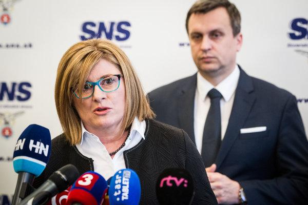 Gabriela Matečná s predsedom SNS Andrejom Dankom.