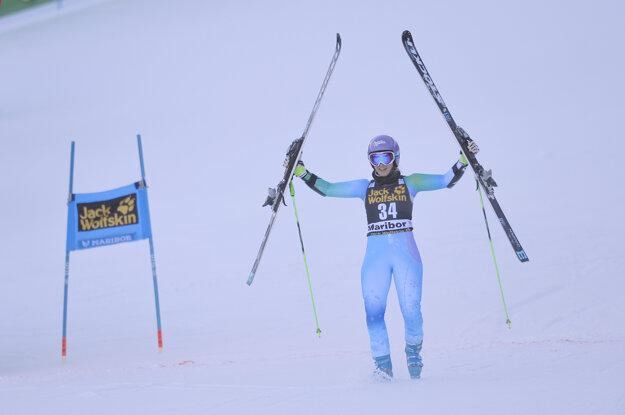 Tina Mazeová prišla v Maribore do cieľa s lyžami nad hlavou.