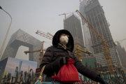 Obyvateľka Pekingu sa chráni maskou pred znečistením.