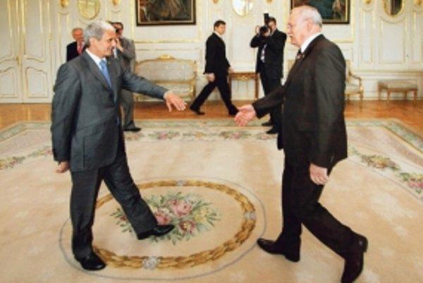 Mikuláš Dzurinda (vľavo) zašiel za prezidentom aj včera.