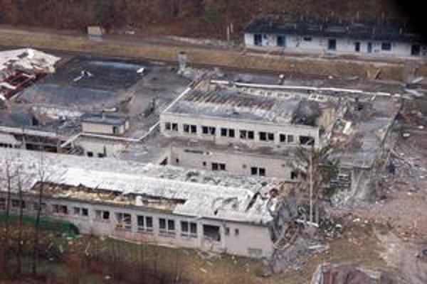 Podnik po výbuchu likvidovanej munície začiatkom roku 2007.