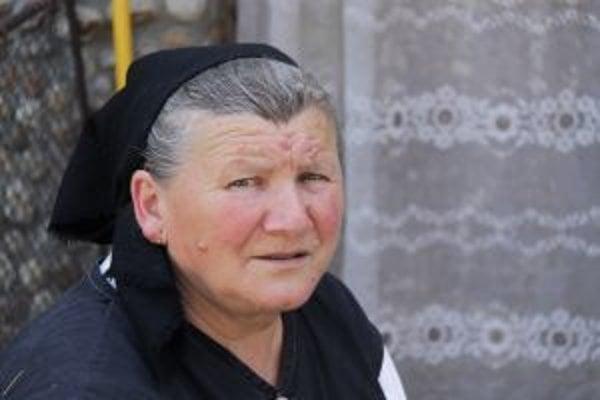 Narodila sa v roku 1949 v malej dedinke Príbelce v okrese Veľký Krtíš (oblasť na pomedzi Novohradu a Hontu). Po základnej škole musela pracovať na domácom hospodárstve, takže na ďalšie štúdiá sa už nedostala. V roku 1958, teda desať rokov po februárovom p