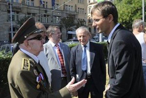 Minister obrany Ľubomír Galko s veteránom Karolom Schwarzom počas osláv 67. výročia SNP.