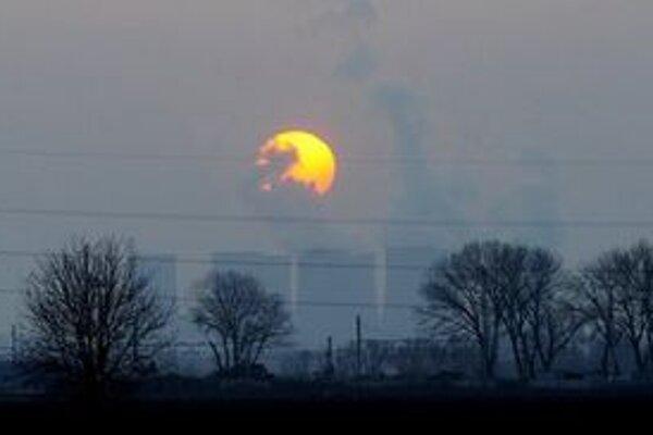 Západ Slnka nad elektrárňou Jaslovské Bohunice.