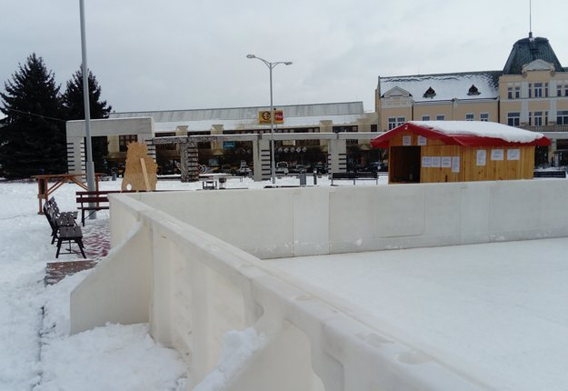 V centre Levíc bola prvýkrát inštalovaná umelá plocha na korčuľovanie.