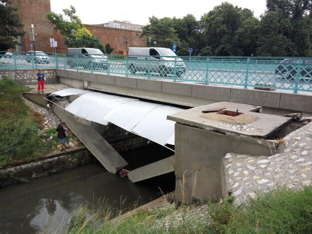 Betónový preklad sa prelomil v strede a zrútil sa do rieky.
