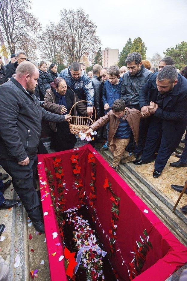 Pohreb trnavského vajdu prilákal zvedavcov.