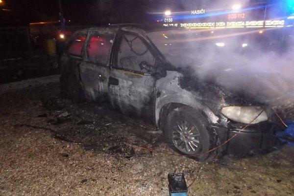 V čase príchodu hasičov bolo už celé auto v plameňoch.
