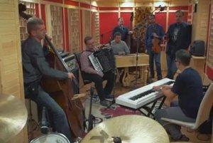 AMC Trio aĽudová hudba Stana Baláža. Spojili sa pri spoločnom projekte.