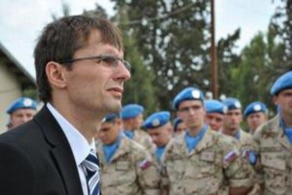 Minister obrany Ľubomír Galko zdraví slovenských vojakov UNFICYP.