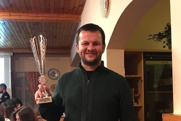Vicemajster Peter Suríni s trofejou