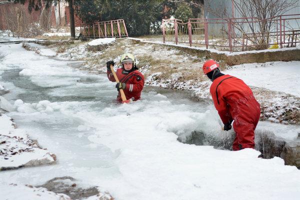V Zadieli na juhovýchode Slovenska si hasiči pri ľadovej povodni pomáhali sekerami, ohrozovali ich ľadové kryhy.