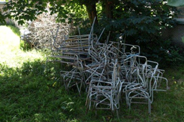 Stoličky mali skončiť v zberných surovinách.