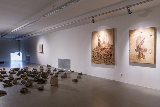 Ľubo Stacho Dielo: Návrat stratených (1999). Inštalácia, fotografia na kameni