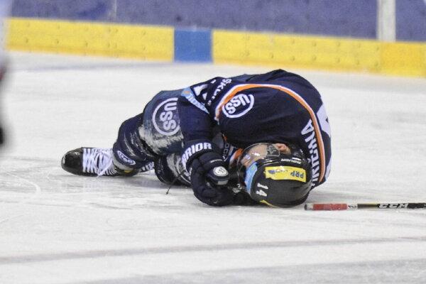 Tomáš Hričina po zákroku Handzuša ostal na ľade.
