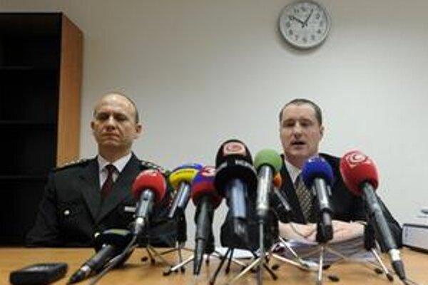 Na snímke prezident Policajného zboru Jaroslav Spišiak a vpravo riaditeľ Odboru osobitného určenia Generálnej prokuratúry Peter Šufliarsky.