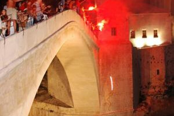 Obnovený most v Mostare rozdeľuje mesto na chorvátsku a moslimskú časť. Aj tam sú naši vojaci.