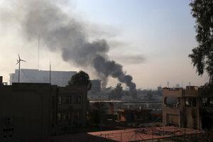 Z univerzity vo východnej časti mesta Mósul stúpa dym počas bojov irackých síl proti militantom z Islamského štátu.