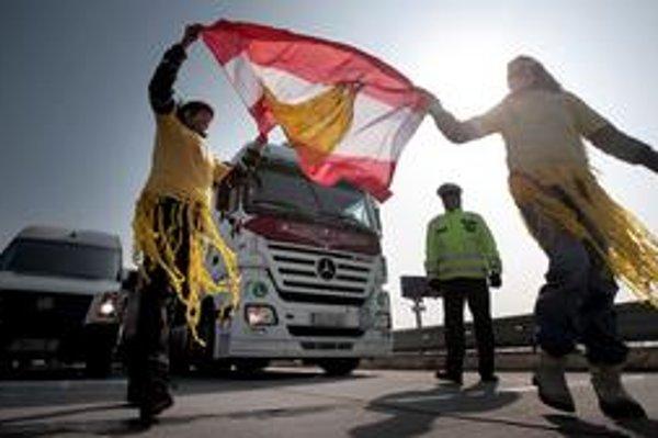 Aktivisti včera na pätnásť minút zablokovali diaľnicu do Rakúska na hraničnom priechode Jarovce. Snažia sa pomôcť súdeným rakúskym ochrancom práv zvierat.
