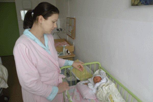 Gabika Podolinská sa narodila v handlovskej pôrodnici ako prvé dieťa v roku 2010. Jej mama Viera je dnes smutná, že oddelenie zrušili.