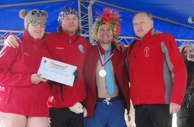 Medailu acertifikát slovenského rekordu za najväčšie hromadné kúpanie otužilcov zástupcom OZ Ľadové medvede spod Zobora udelil Igor Svítok (vpravo).