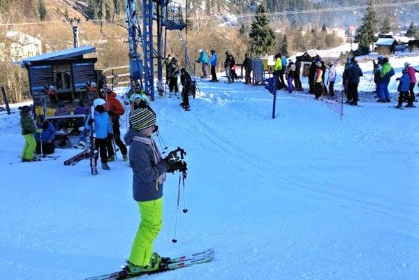 Lyžovačka na Mlynkách. Z čerstvého snehu sa tešia lyžiari aj pri obci Mlynky.