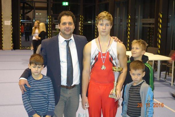 Martin Baláž sa stal najúspešnejším juniorom SGF za rok 2016. Zľava Leo Beljanský, Tibor Bohňa - tréner, Martin Baláž. Vpredu Patrik Jankeje a vpravo vzadu Viktor Hutár.
