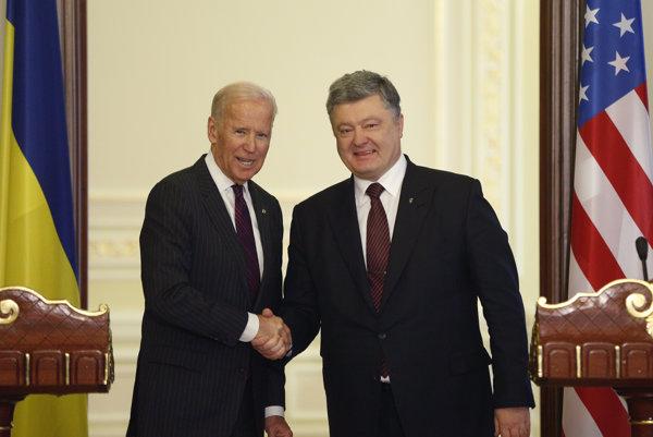 Americký viceprezident Joe Biden s bývalým ukrajinským prezidentom Petrom Porošenkom.